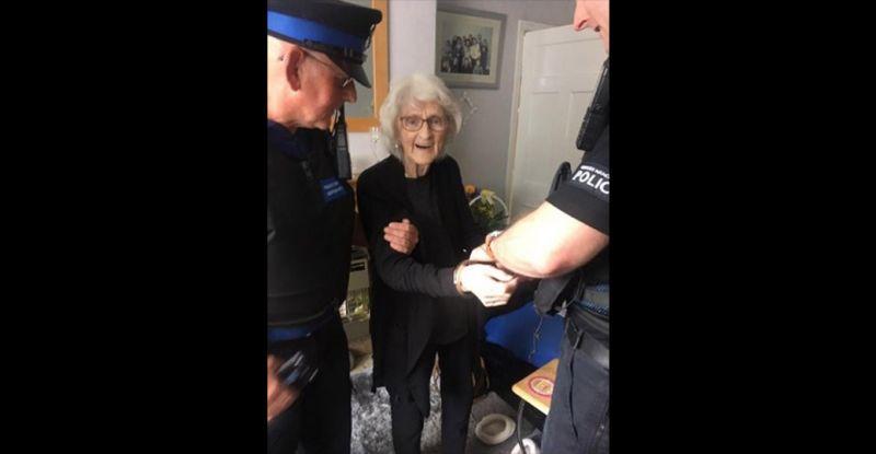 'ก่อนตายขอโดนจับสักครั้ง' คำขอจากคุณยายเมืองผู้ดีวัย 93