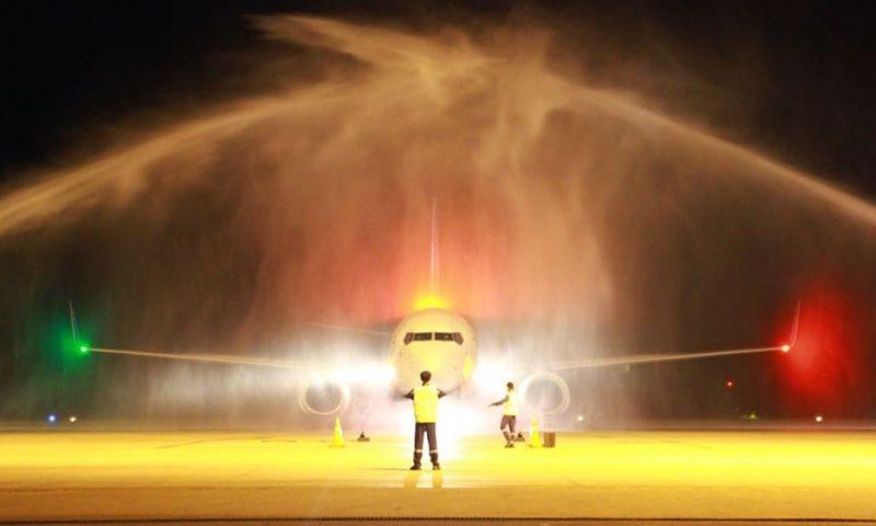 กระบี่รับเที่ยวบินปฐมฤกษ์สายการบินฟลายดูไบอบอุ่น ลอดอุโมงค์น้ำ ตัดเค้กรับไฮซีซั่น