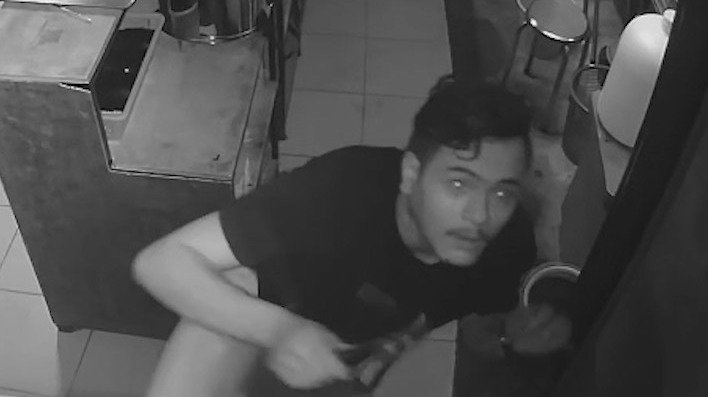 ตำรวจเร่งติดตามตัวโจรหนุ่มย่องเข้าร้านอาหารญี่ปุ่นกลางดึก เชิดเงิน 7,500 บาท
